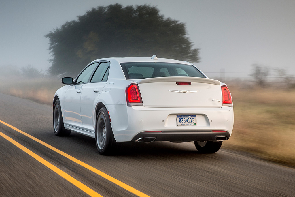 2018 Chrysler 300: New Car Review featured image large thumb3