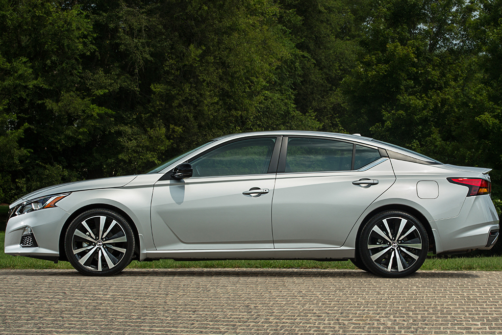 2016 Nissan Altima 2 5 Sr >> 2018 Vs 2019 Nissan Altima What S The Difference Autotrader
