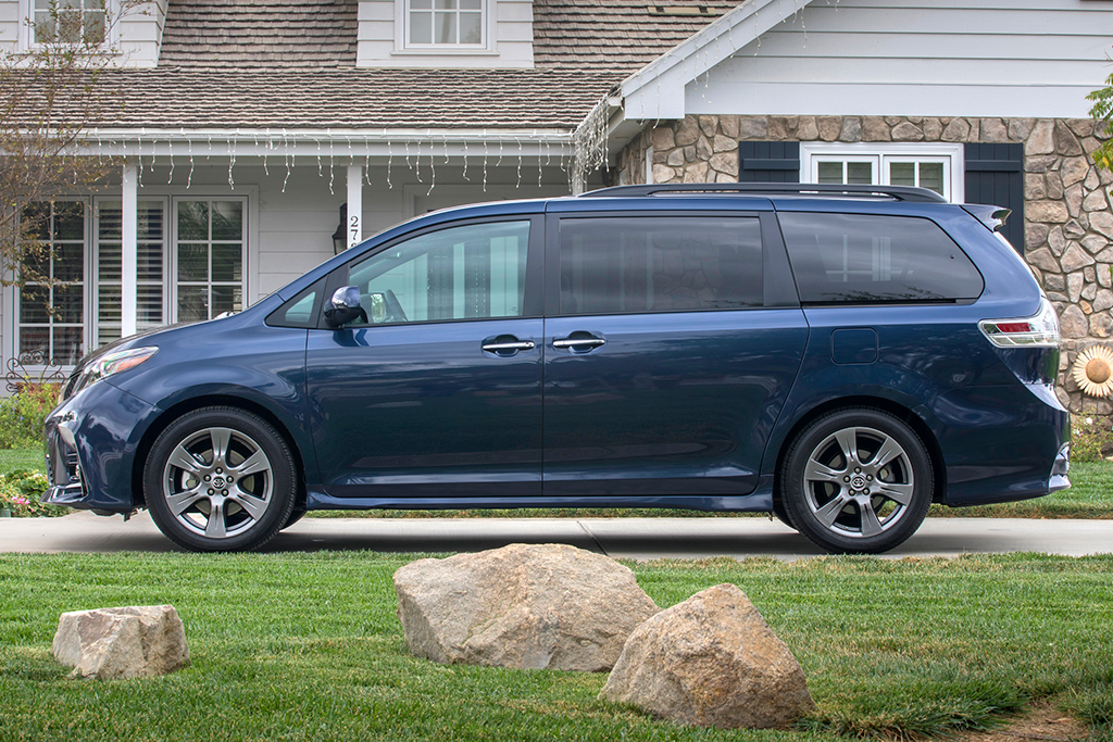 2019 Honda Odyssey vs. 2019 Toyota Sienna: Which Is Better? featured image large thumb12