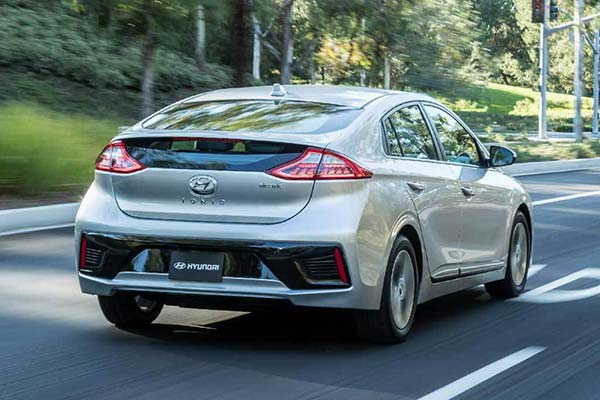 8 Great New Plug-In Hybrid and Electric Vehicles Under $40,000 for 2019 featured image large thumb7