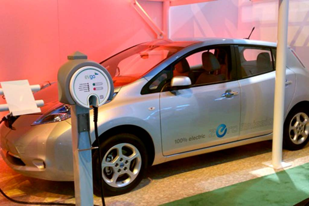 Nissan Leaf and EV Go Charging Stations - 2011 Consumer Electronics Show featured image large thumb1